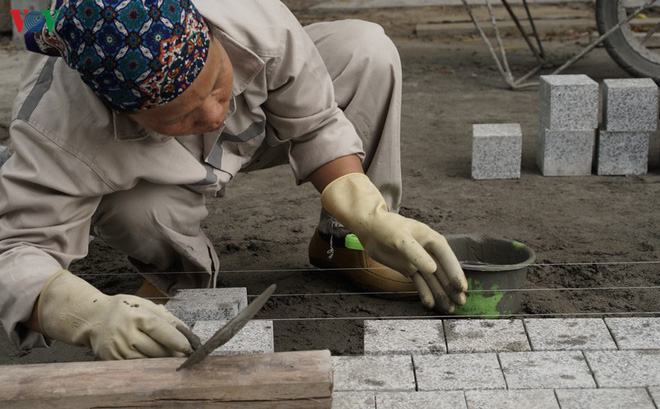 Cận cảnh cải tạo vỉa hè, lát đá hoa cương quanh hồ Hoàn Kiếm