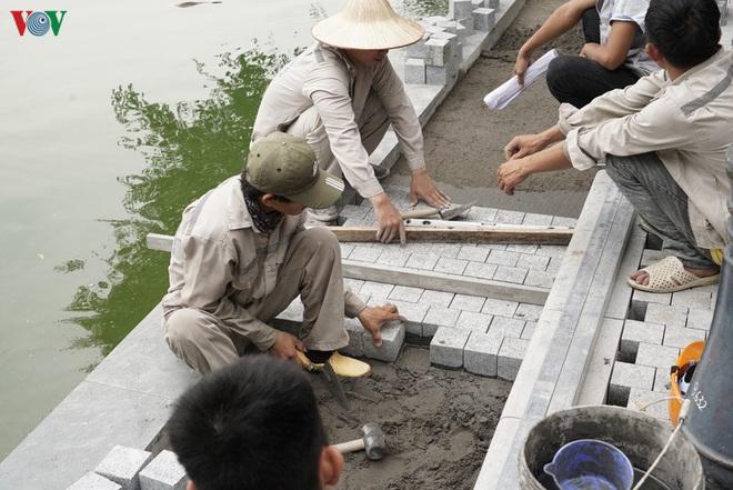 Cận cảnh cải tạo vỉa hè, lát đá hoa cương quanh hồ Hoàn Kiếm - Ảnh 7.