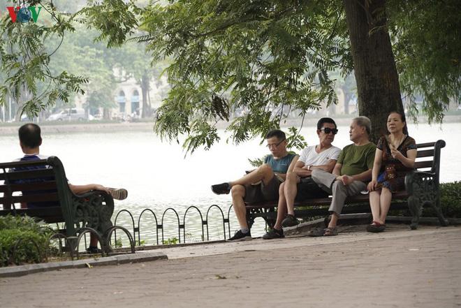 Cận cảnh cải tạo vỉa hè, lát đá hoa cương quanh hồ Hoàn Kiếm - Ảnh 9.