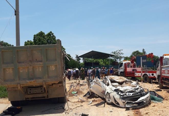 Clip: Khoảnh khắc xe tải chở đất đè bẹp xe con khiến 4 người thương vong ở Thanh Hóa - Ảnh 2.