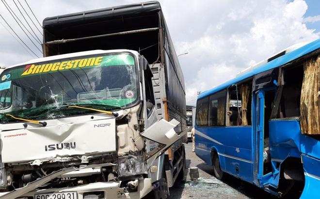Xe khách mất thắng gây tai nạn liên hoàn, 6 phương tiện đâm nhau trên QL1