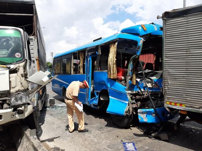 Xe khách mất thắng gây tai nạn liên hoàn, 6 phương tiện đâm nhau trên QL1 - Ảnh 1.
