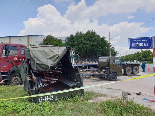 Xe container hất văng xe thùng biển đỏ, 7 người thương vong nằm la liệt trên đường - Ảnh 1.
