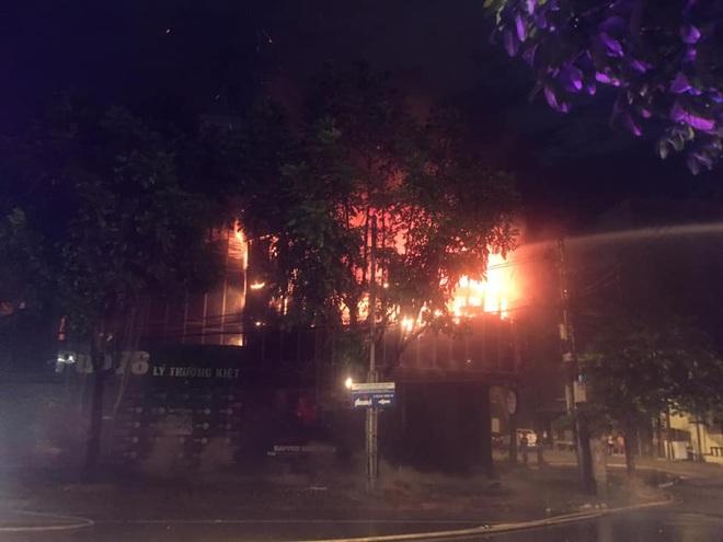 Quán bar cháy dữ dội lúc rạng sáng, 2 chiến sỹ chữa cháy bị thương - Ảnh 1.