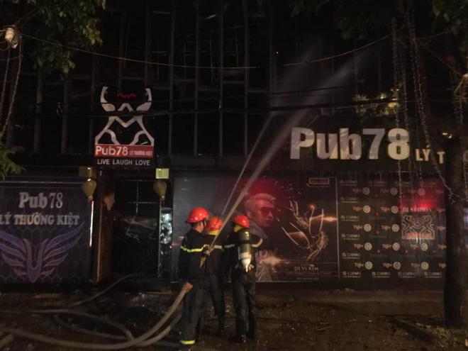Quán bar cháy dữ dội lúc rạng sáng, 2 chiến sỹ chữa cháy bị thương - Ảnh 4.