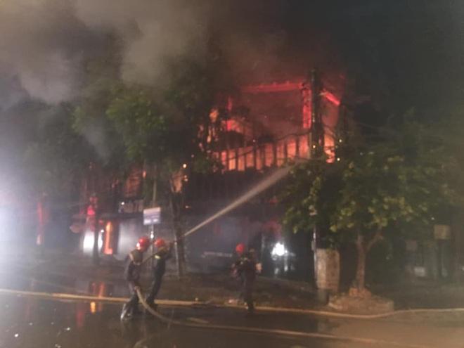 Quán bar cháy dữ dội lúc rạng sáng, 2 chiến sỹ chữa cháy bị thương - Ảnh 3.