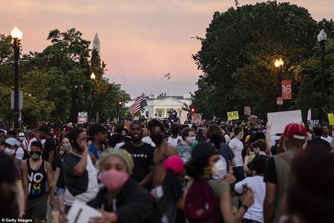 Ảnh: Hàng vạn người biểu tình vây kín các con đường thủ đô Washington - Ảnh 1.