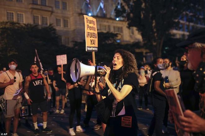 Ảnh: Hàng vạn người biểu tình vây kín các con đường thủ đô Washington - Ảnh 2.