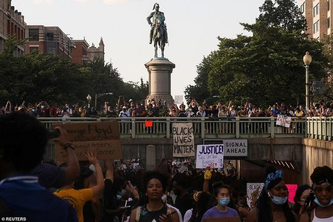 Ảnh: Hàng vạn người biểu tình vây kín các con đường thủ đô Washington - Ảnh 13.