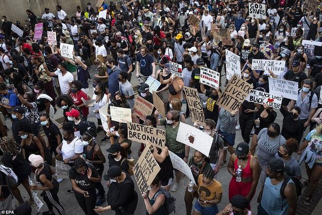 Ảnh: Hàng vạn người biểu tình vây kín các con đường thủ đô Washington - Ảnh 4.