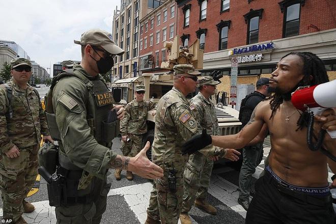 Ảnh: Hàng vạn người biểu tình vây kín các con đường thủ đô Washington - Ảnh 5.