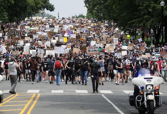 Ảnh: Hàng vạn người biểu tình vây kín các con đường thủ đô Washington
