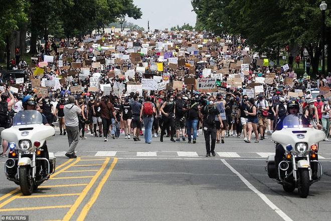 Ảnh: Hàng vạn người biểu tình vây kín các con đường thủ đô Washington - Ảnh 6.
