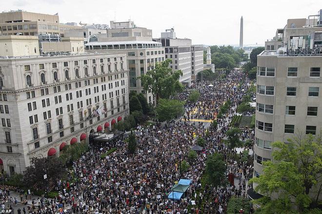 Ảnh: Hàng vạn người biểu tình vây kín các con đường thủ đô Washington - Ảnh 7.