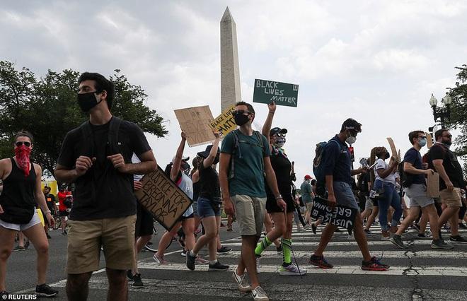 Ảnh: Hàng vạn người biểu tình vây kín các con đường thủ đô Washington - Ảnh 10.
