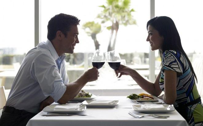 Ly dị xong cặp vợ chồng rủ nhau đi ăn, 1 sự việc bất ngờ xảy ra khiến cả 2 thay đổi quyết định