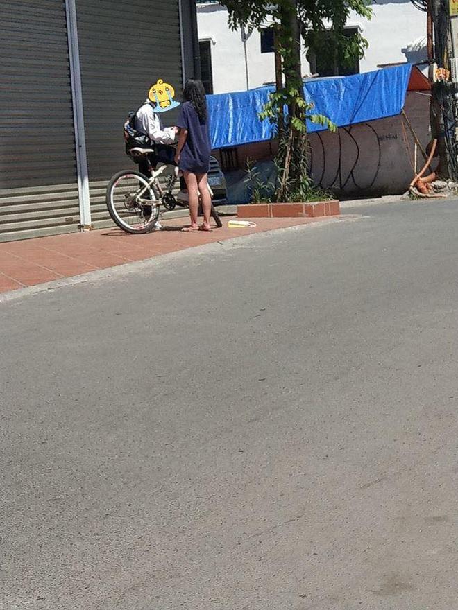 Đạp xe dưới trời nắng gần 40 độ đến tặng quà cho bạn gái, chàng trai bị phũ ngồi gục bên đường - Ảnh 1.