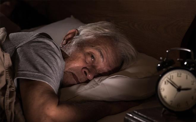 Trước 30 ngủ không thể tỉnh, sau 30 tỉnh không thể ngủ: Nguyên nhân vì sao và nên làm gì?