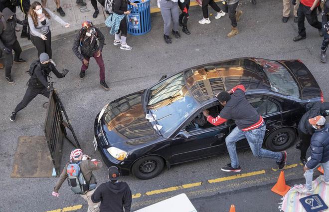 Mỹ: Tài xế nổ súng vào đám đông biểu tình, suýt thành thảm sát đẫm máu - Ảnh 1.