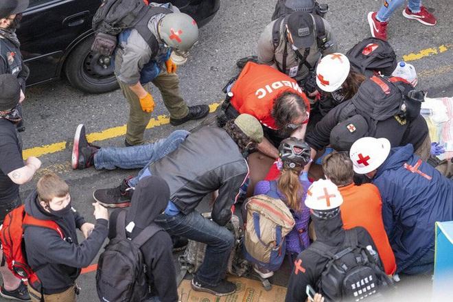 Mỹ: Tài xế nổ súng vào đám đông biểu tình, suýt thành thảm sát đẫm máu - Ảnh 3.