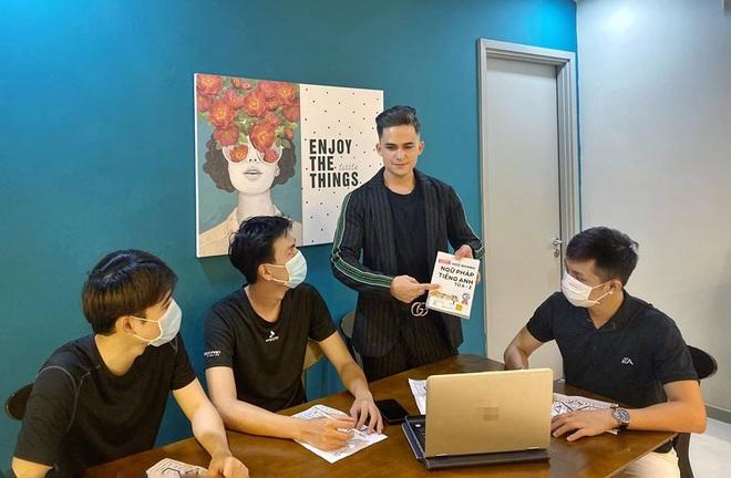 Thầy giáo Mỹ gây sốt Người ấy là ai: Sành tiếng Việt nhờ hát karaoke, nghe cải lương và năng đi chùa - Ảnh 6.