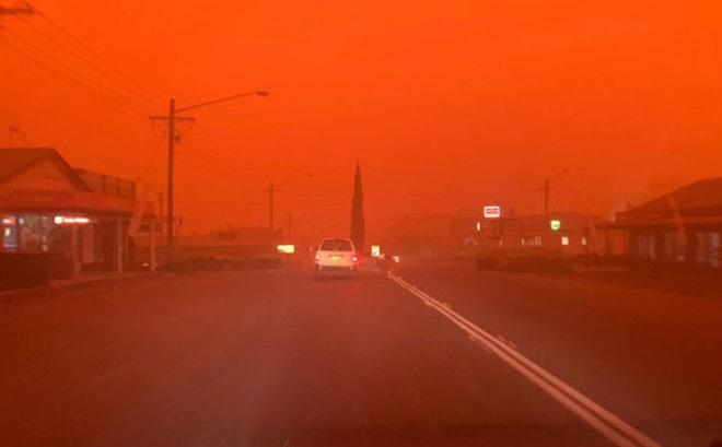 """""""Bầu trời máu"""" đáng sợ xuất hiện, cả thế giới cầu nguyện cho nước Úc"""