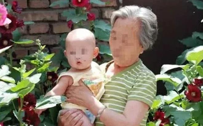 Bé gái 10 tháng phải đi cấp cứu vì bà trêu cho cười như nắc nẻ