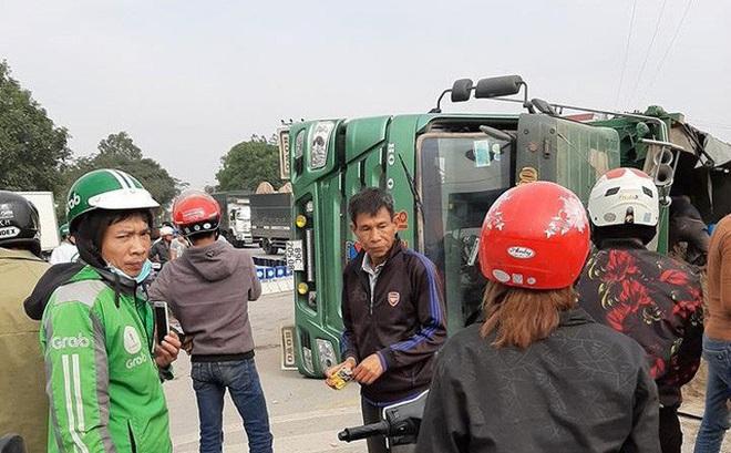 Tai nạn thương tâm: Ô tô tải chở cát lật đè 2 ông cháu tử vong