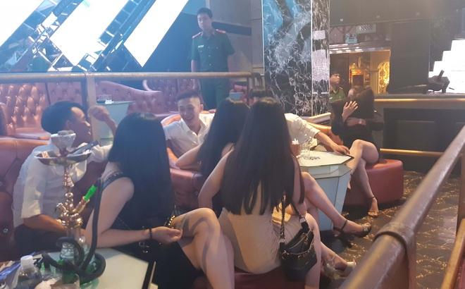 Nhiều nam nữ phê ma túy trong quán bar V8 club lúc nửa đêm