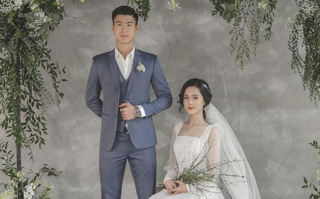 """Duy Mạnh đăng ảnh với vẻ mặt căng thẳng bên cô dâu, chính thức tuyên bố """"toang"""" đời độc thân và thông báo ngày cưới"""