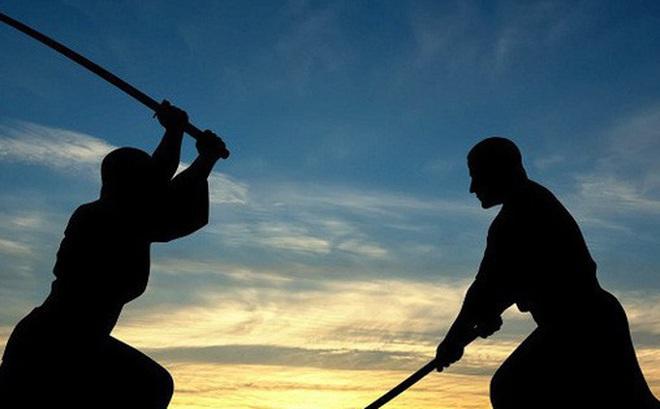 Người đàn ông thách đấu '1vs2' bằng kiếm Nhật để giải quyết tranh chấp với vợ cũ
