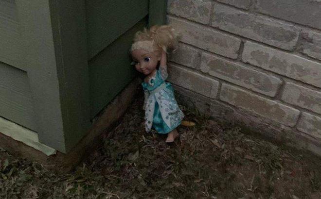 Không thể 'Let it go': Búp bê ma ám Elsa bị quẳng đi nhiều lần nhưng vẫn tìm đường quay về 'ám quẻ' người sống, hót tiếng Tây điếc cả tai