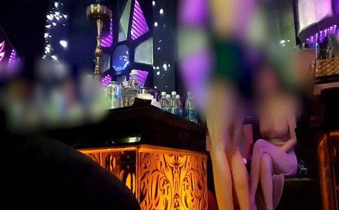 """Tranh giành nữ nhân viên rót bia ở quán karaoke, lấy chai bia và micro đánh """"đối thủ"""""""