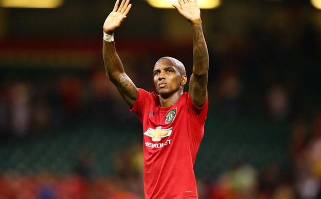 Young đã rời Man.United, nhưng Fernandes có thể không đến