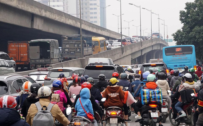 Người dân chở đào, quất về quê đón Tết, đường phố Hà Nội tê liệt