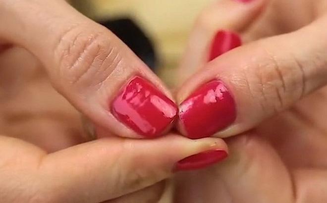 Nhiều người thường bị xước hay gãy móng tay khi làm việc này và đây là cách khắc phục