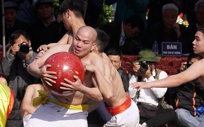 Mãn nhãn với trai làng tranh cướp nhau quả cầu nặng gần 20kg ở Hà Nội