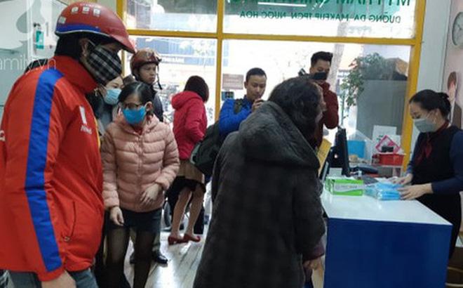 Hà Nội: Ngán ngẩm cảnh tranh giành mua khẩu trang tại chợ thuốc lớn nhất