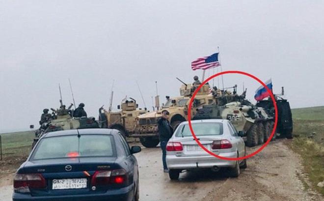 Xe bọc thép Nga húc thẳng thiết giáp Mỹ khi bị cản đường?