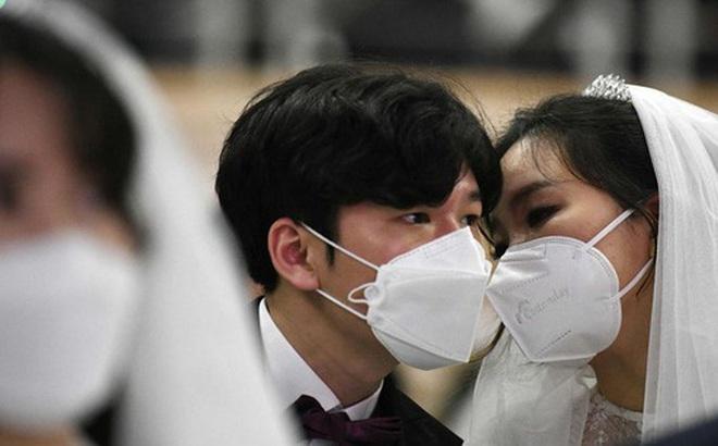 6000 cặp đôi trong đám cưới tập thể ở Hàn Quốc giữa dịch virus corona: Người đeo khẩu trang kín mít, người vẫn 'bất chấp' trao nụ hôn