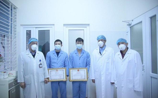 Tặng Bằng khen cho 3 y bác sĩ tham gia đoàn đón 30 công dân từ Vũ Hán về nước