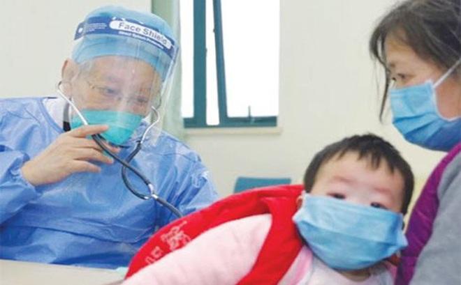 """Bác sĩ 86 tuổi, ngồi xe lăn xung phong """"ra tuyến đầu"""" giữa tâm dịch Vũ Hán"""