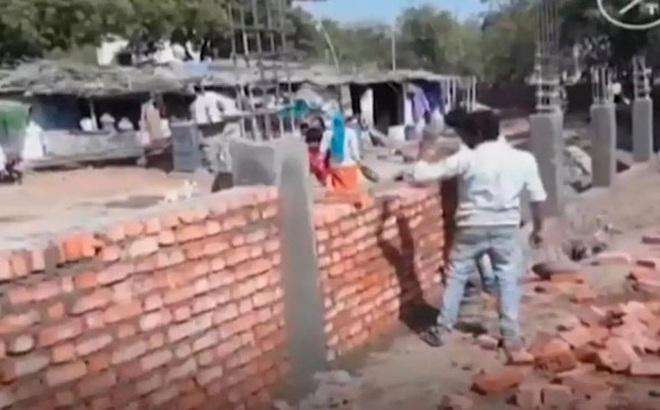 """Ấn Độ xây tường rào ngăn khu ổ chuột để """"che mắt"""" ông Trump?"""