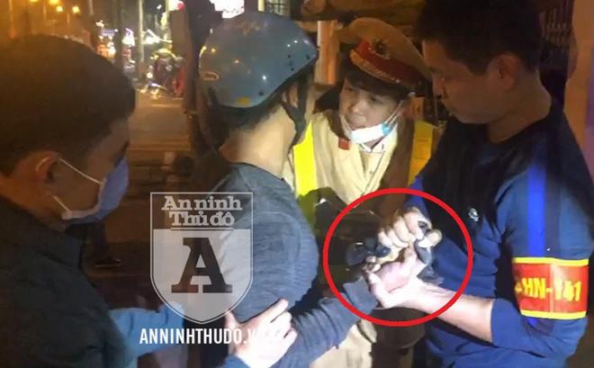 Giấu ma túy trong kẽ ngón tay, đối tượng ngoan cố nắm chặt tại chốt 141