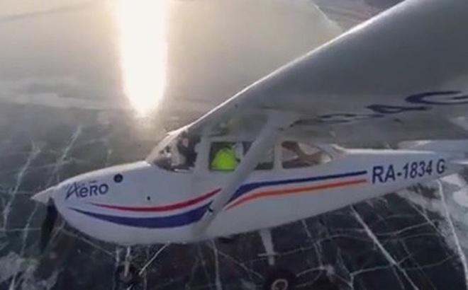 Ngoạn mục máy bay hạ cánh trên bề mặt đóng băng của hồ Baikal