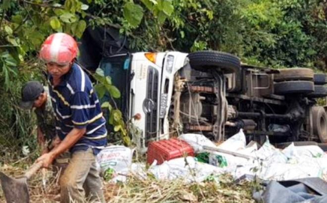 Xe tải lao xuống vực bên đèo Bảo Lộc, hai người thoát chết trong gang tấc