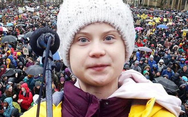 Tụ tập nghe Greta Thunberg phát biểu về bảo vệ môi trường, hàng trăm người khiến sân cỏ tươi xanh biến thành bãi đất bùn tan hoang