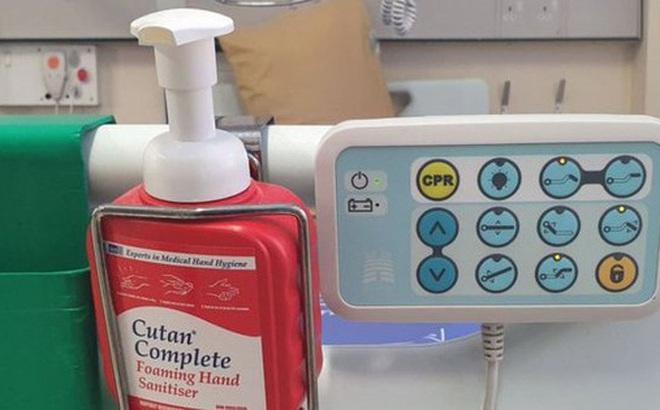 Khan hiếm nước rửa tay trong mùa dịch Covid-19, nhiều người dân ở Anh đến tận bệnh viện lấy cắp của bệnh nhân