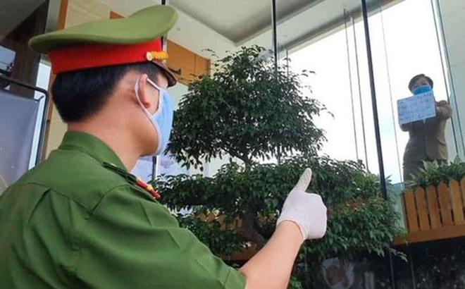 """Phía sau hình ảnh người phụ nữ trong khu cách ly ở Đà Nẵng với tấm biển nhờ các anh công an """"mua giúp em 1 bát cháo cho em bé"""""""