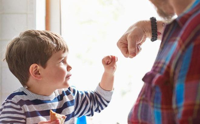 Đừng cố gắng dạy con cách để thành công, hãy giúp con trở thành người tốt: Một người tử tế sẽ luôn có nhiều khả năng thành công hơn trong tương lai